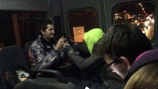 Пьяный парень играет на барабане в городском автобусе Самара