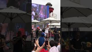 עומר אדם בפעם הראשונה בהופעה שר ״בוקר טוב״