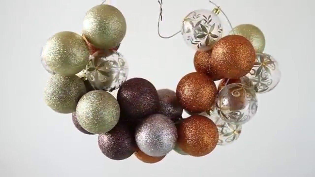 C mo hacer una corona con bolas de navidad youtube - Como hacer coronas de navidad ...