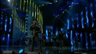 ALEJANDRO FERNANDEZ - SE ME VA LA VOZ-LIVE- PREMIO LO NUESTRO 2010.flv