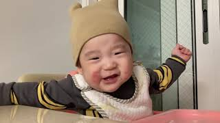 밥상앞에서 세상힙한 8개월 아기