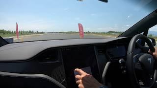 テスラ・モデルXでルーディクラス&バッテリー出力最大で急加速を体験する様子