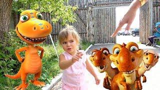 Оливия с мамой приехали в Динопарк   В парке динозавры выглядят не как в мультиках, а как настоящие.