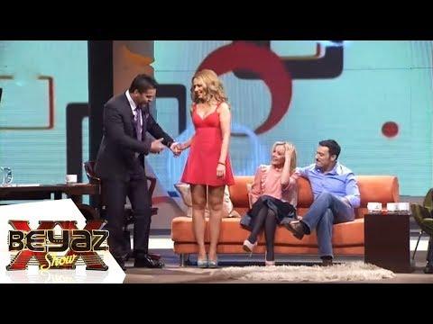 Beyaz, Hadise'nin Bacaklarını Örttü! - Beyaz Show