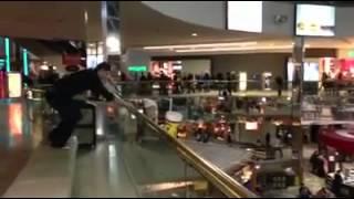 Humour: Un jeune homme saute du premier étage d