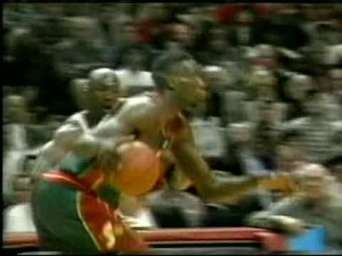 Shawn Kemp power dunk on Pippen