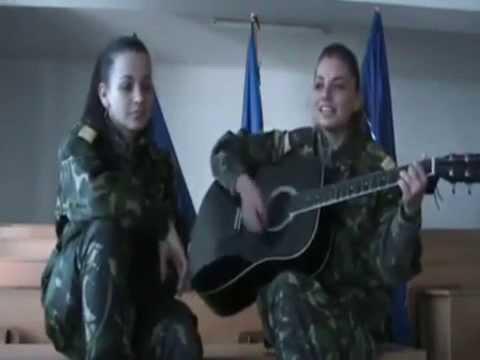 Rau Ma Dor Ochii, Ma Dor - Doua Tinere Romance, Imbracate în Uniforma Militara, Cantă Live!
