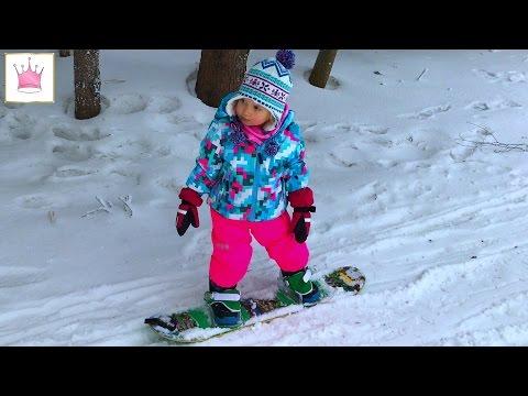Алексис 2,4 года первый раз на сноуборде. Alexis 2,4 years old first time snowboarding