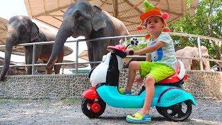 Die kleine Nikita reitet und spielt im Zoo Video für Kinder