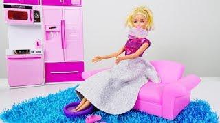 Барби готовится к концерту и греет ножки. Видео для девочек