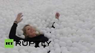 В Лондоне открылся бассейн с шариками для взрослых(У жителей Лондона появилась уникальная возможность вернуться в детство: в городе открылся сухой бассейн..., 2015-01-31T09:19:04.000Z)