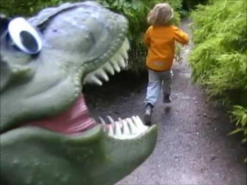 JAGAD AV EN T-REX - musikvideo för barn (Dinosaurielåtar med Pappa Kapsyl - Dinosaurier)