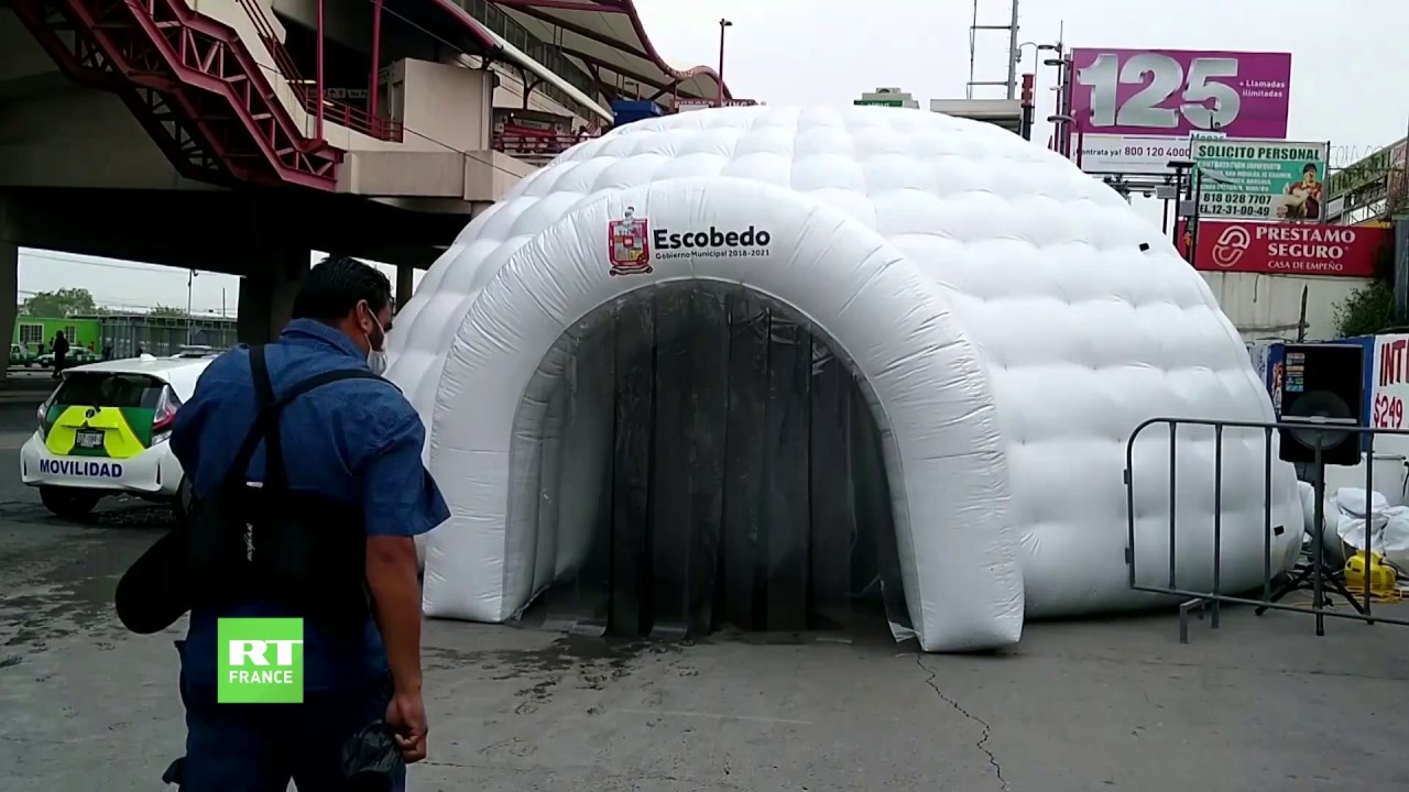COVID-19 : le Mexique installe des tunnels de désinfection gonflables devant le métro