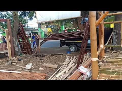 proses-pembongkaran-gazebo-bambu-tingkat