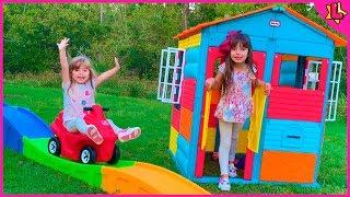 Laurinha e Helena brincam com os novos brinquedos casinha e escorrega para crianças