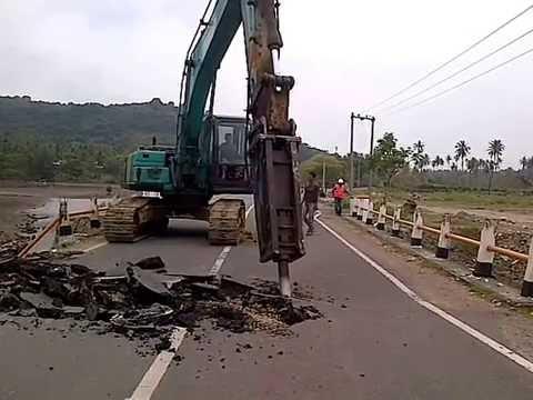 Excavator Breaker, pembongkaran jembatan kr dureung, aceh besar, provinsi aceh