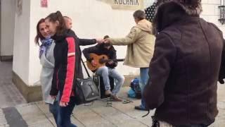 Красиво играет на гитаре уличный музыкант/Beautifully playing guitar busker