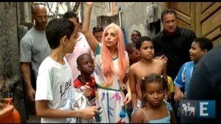Baixar Lady Gaga fica descalça no Cantagalo
