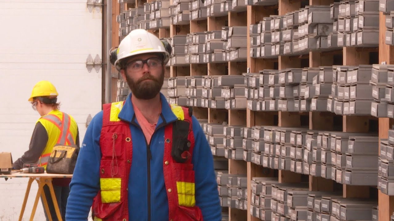 Canadian workers move East for gold-mine jobs - YouTube