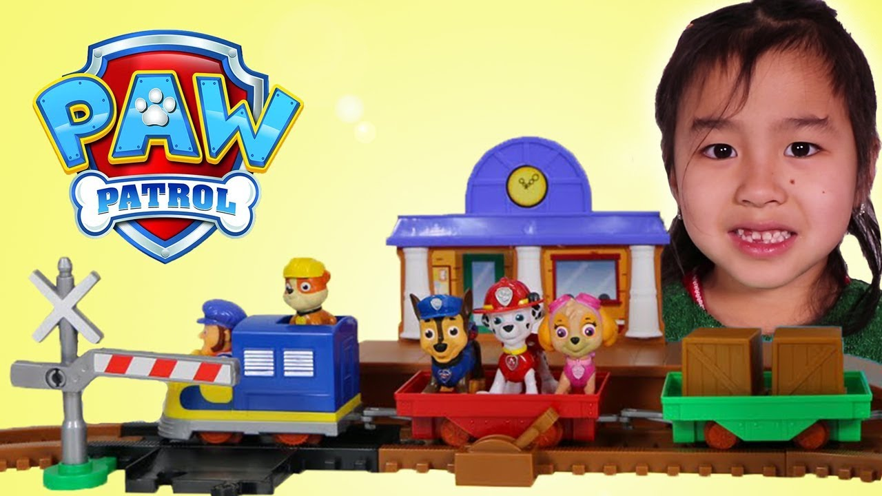 Jannie Builds & Plays with Paw Patrol Toy Playset