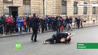 France : Les militantes de FEMEN protestent seins nus contre Poutine à Paris