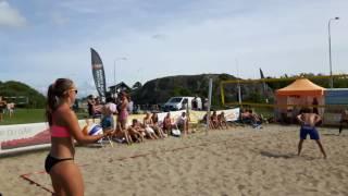 Här spelar dom Beachvolleyboll på Badplatsen Hjälvik på Öckerö