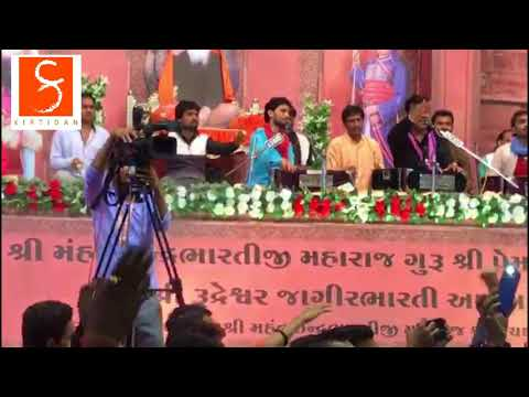 Never Seen Before! Kirtidan Sings 'Yeh Desh Hai Veer Jawano Ka!'
