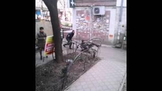 Serviciul de pază scoate cu căruciorul un om din local