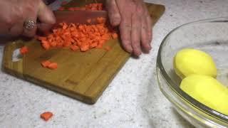 24. Картофельный суп с копчеными свинными ребрышками.