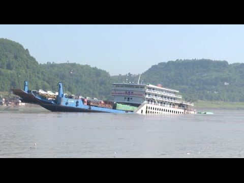 Ship Carrying 88 People Runs on Rocks in Southwest China
