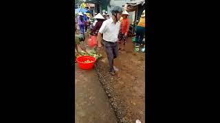 Trưởng công an xã đá thau cá của bà con trong chợ