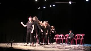 La classe et le club théâtre du collège Maurice-Clavel en représentation.