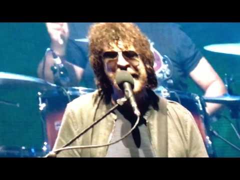 Standing in the rain, Jeff Lynne