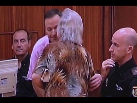 La madre de Bretón besa a su hijo en el juicio