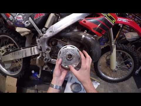 Honda CR250R Removing The Outer Right Side Case. Clutch Basket Swap.