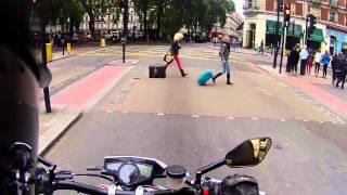 мотоциклисты пугают людей