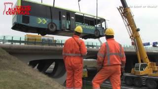 Wegtakelen Connexionbus na ongeval bij N242