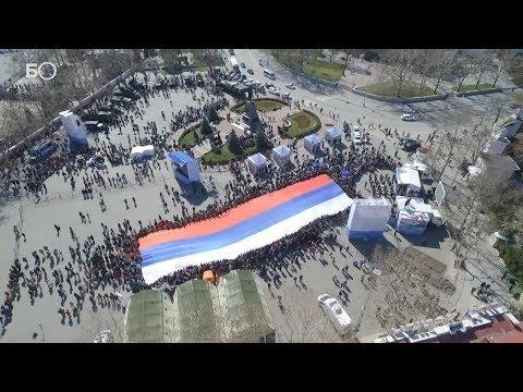 В Севастополе на площади Нахимова развернули многометровый российский триколор