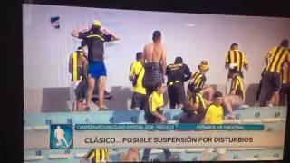 Hinchas de Peñarol tiran una garrafa