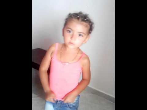 Niña de 5 años bailando despacito