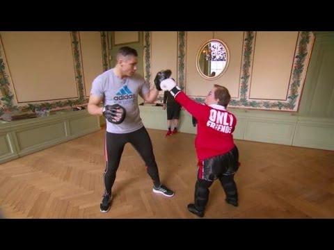 Stefanie krijgt kickboksles van Rico Verhoeven - HOTEL SYNDROOM