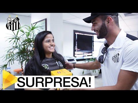 David Braz e Thiago Maia entregam panetones na Vila Belmiro