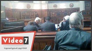 بالفيديو..علامات التوتر والقلق على وجه أحمد نظيف خلال جلسه إعادة محاكمته