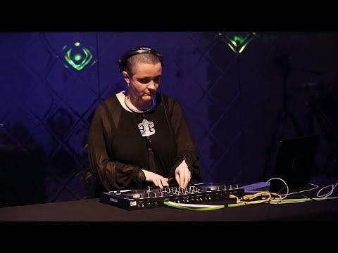 Native Sessions : Les bases du mix Techno avec Flore sur Traktor S4 Mk3 | Native Instruments