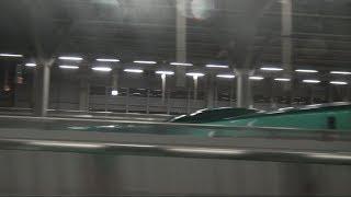 東北新幹線名物の車内放送前メロディが鳴り堺正幸アナウンサーの声になるかと思いきや車掌さんの手動放送となった新青森駅を出発のはやぶさE5系の車窓