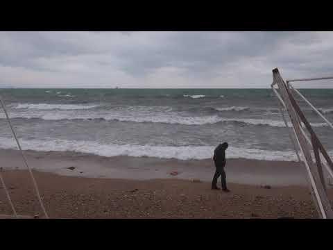 Прогулка у бушующего моря