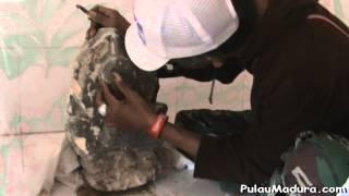Ekspedisi Madura - Penjelasan mengenai Relief Makam Sayyid Hosen Assegaf Banyusangka