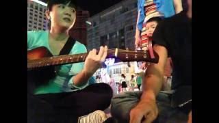 Vì tôi còn sống (guitar cover) - Cùng nhóm bạn tại phố đi bộ Nguyễn Huệ