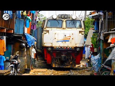 Hati-Hati KA Barang Petikemas Memasuki Kawasan Padat Penduduk Tanjung Priok