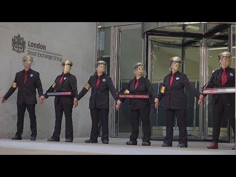 شاهد: الشرطة البريطانية تفك قيد محتجين ألصقوا بعضهم بعض بالصمغ…  - نشر قبل 2 ساعة